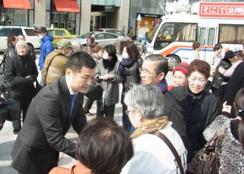 2013年2月11日福岡市天神で街頭遊説するかわの義博