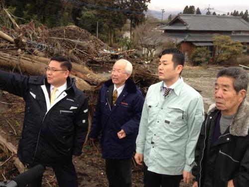 阿蘇市の土砂崩れ現場で説明を受ける、かわの義博