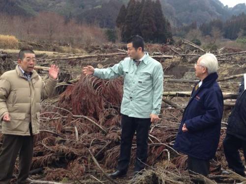 阿蘇市の土砂崩れ現場で被害状況の説明を受ける、かわの義博