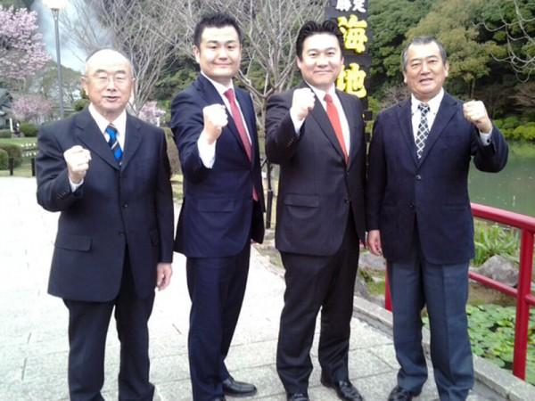 海地獄をバックに。伊藤さん、長野さん、堀本さんと、かわの義博