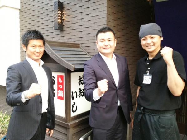 タケちゃん、「牛もつ鍋おおいし」店長の大石貴弘さんと共に かわの義博
