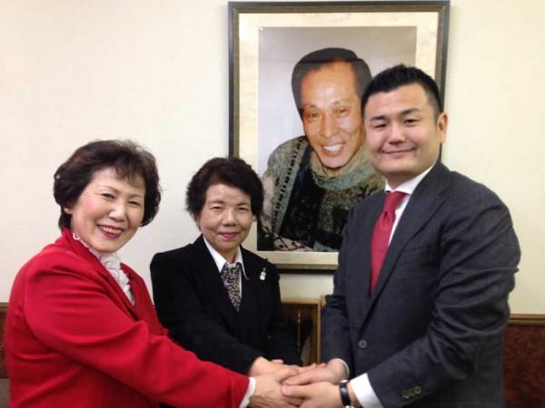 先代社長の写真の前で大勝利を誓いました。必ずお応えして参ります!