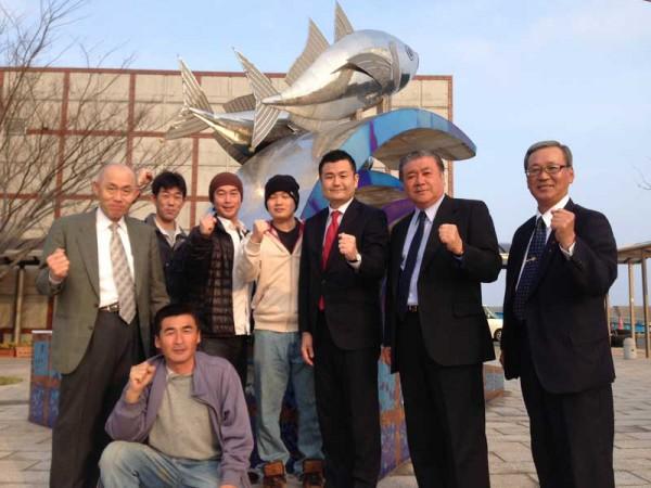 新上五島町の奈良尾港で、応援して下さる方々、相良市議、江口県議とともに かわの義博