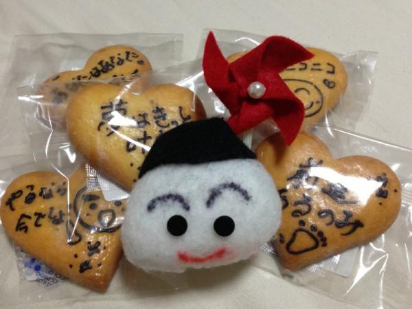 風車を担いだ「おむすび君」と激励メッセージ付き「特製クッキー」 かわの義博
