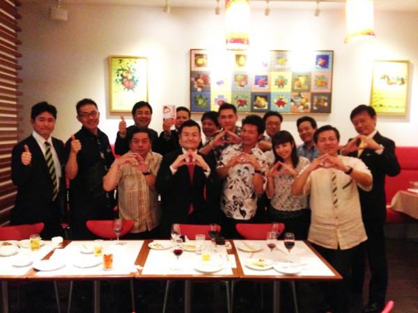「沖縄おむすび会」にお集まり頂いた皆様と「おむすび」のポーズで記念撮影するかわの義博