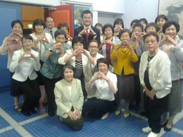 川崎町では、役員の皆様と「おむすび」ポーズ。