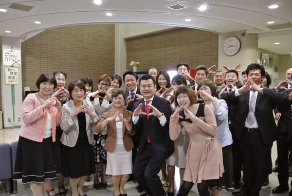 嘉麻市での「語る会」終了後に、役員の皆様と「おむすびポーズ」かわの義博
