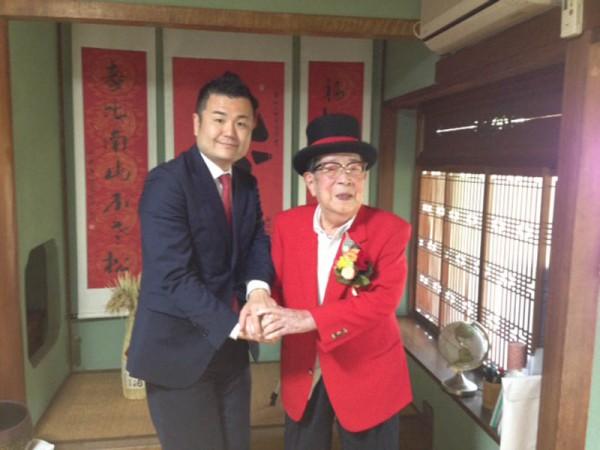 いつもお洒落な昇地先生と一緒に記念のカメラに かわの義博