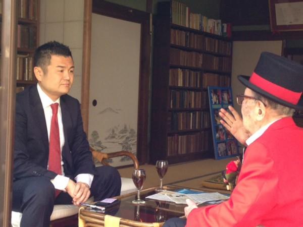 昇地三郎先生から、縁側でじっくりとお話をうかがうかわの義博