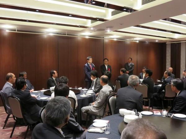 九州シーリング工事業協同組合の総会で挨拶を述べる、かわの義博