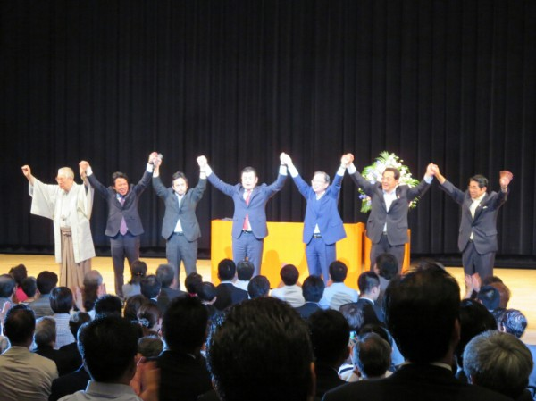 かわの義博を励ます会大阪大会。参加者が一つになって勝利を誓い合いました