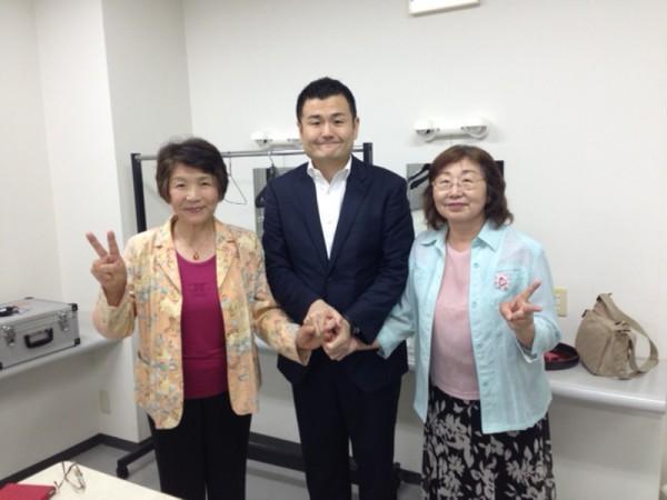 三人で手を取り合って記念のカメラに かわの義博