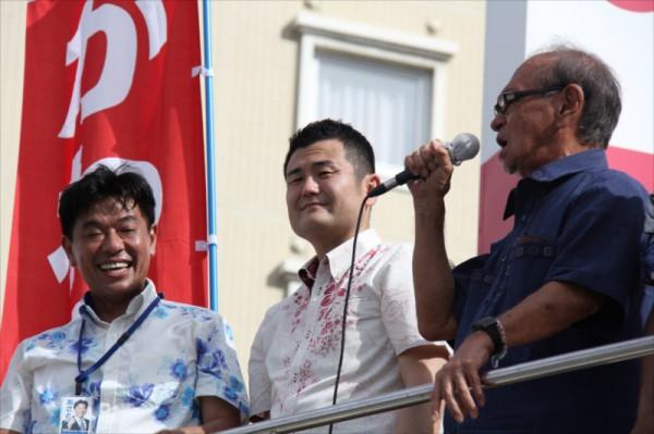 あさと政晃さん、仲井眞沖縄県知事とともに「公明党平和街頭演説会」で挨拶するかわの義博