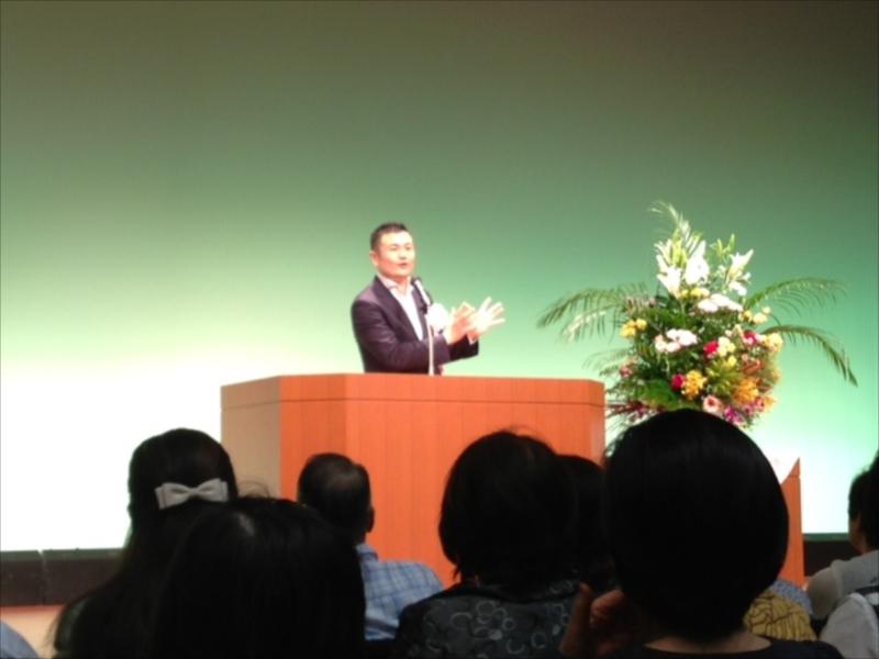 「福勝会」の時局講演会で挨拶するかわの義博