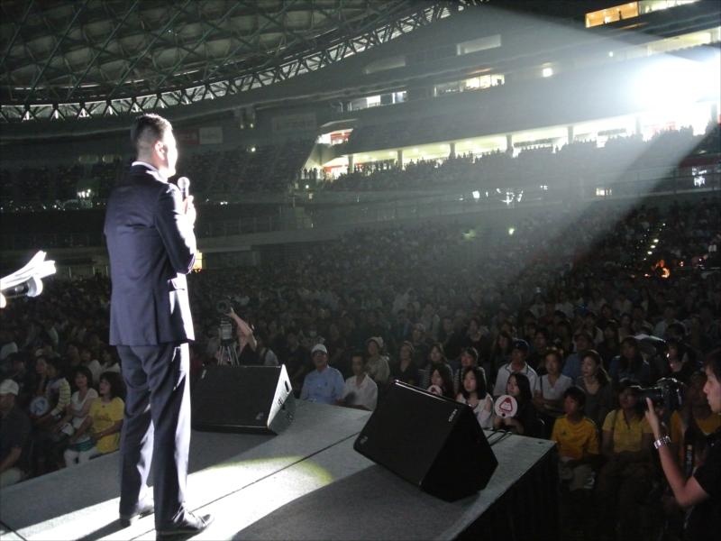 お集まりの1万人の参加者の前で勝利を誓うかわの義博