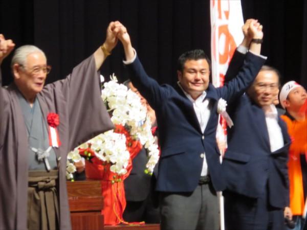 左から森田実先生、河野、地元飯塚の斉藤飯塚市長。頑張ろうコールの音頭は斉藤市長がとって下さいました。