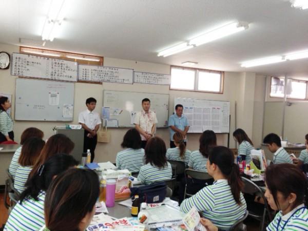 沖縄の企業の朝礼で挨拶するかわの義博