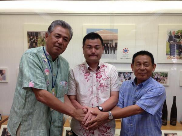 りゅうせきを訪問。金城会長(左)、神田副会長とかわの義博