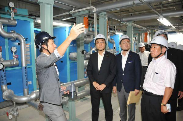 写真:雲仙市小浜町の温泉バイナリー発電所を視察