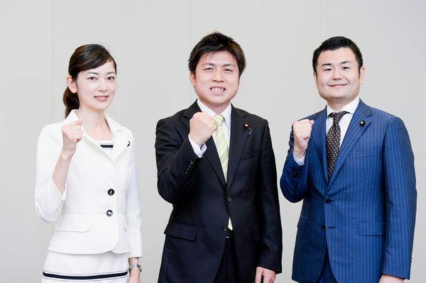 決意も新たに出発した公明党学生局の、中野局長(中)と河野(右)、佐々木(左)の両局次長