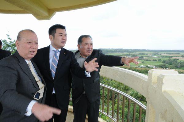 仲田村長(右)から、島の説明をうける。左は前島県議。