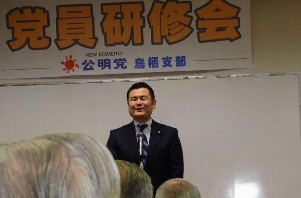 佐賀県鳥栖市の党員会で同市出身の岡本三成衆議院議員と共に国政報告