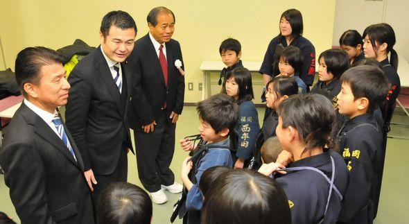 三潴旗争奪剣道大会で少年剣士を激励