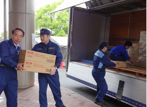 党からの支援物資を搬入