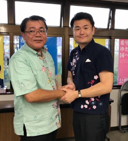 翁長シュンエイ立候補予定者と堅い握手
