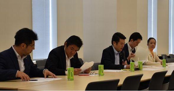「教員の働き方改革検討プロジェクトチーム」にて議論を交わす