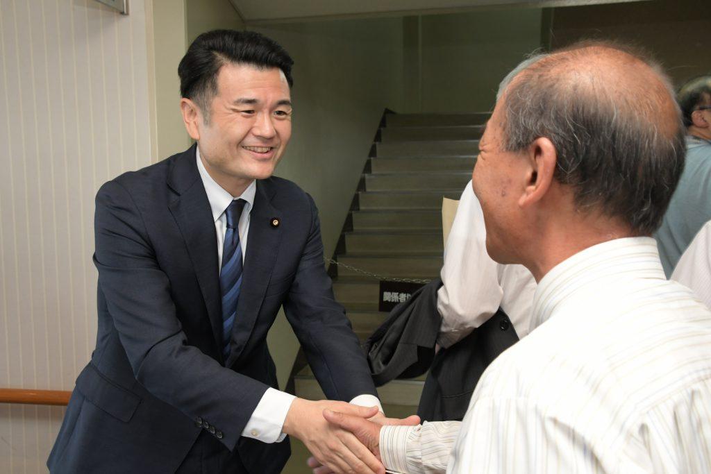 支持者と握手