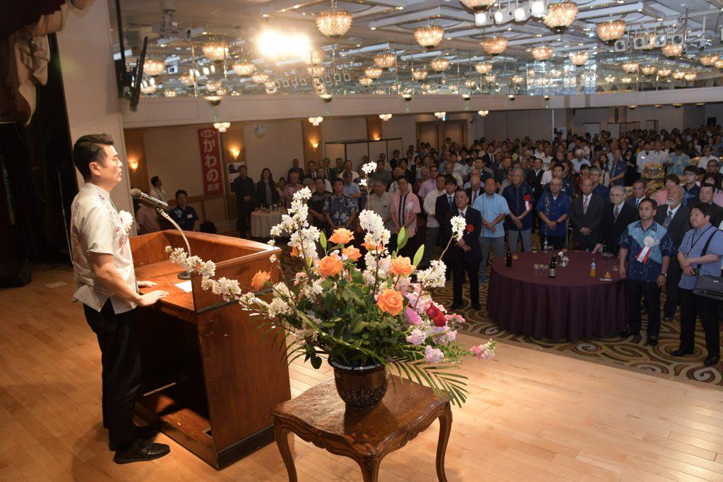 那覇市の政経文化セミナーであいさつ
