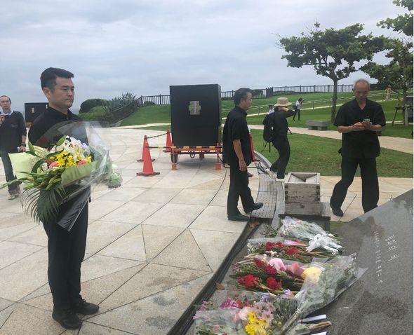 沖縄全戦没者追悼式に先立ち、平和の礎に献花